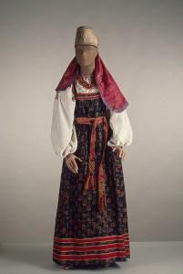 costume de jeune fille, région haut de Volga. Archives électronique de l'Ermitage, St-Petersbourg